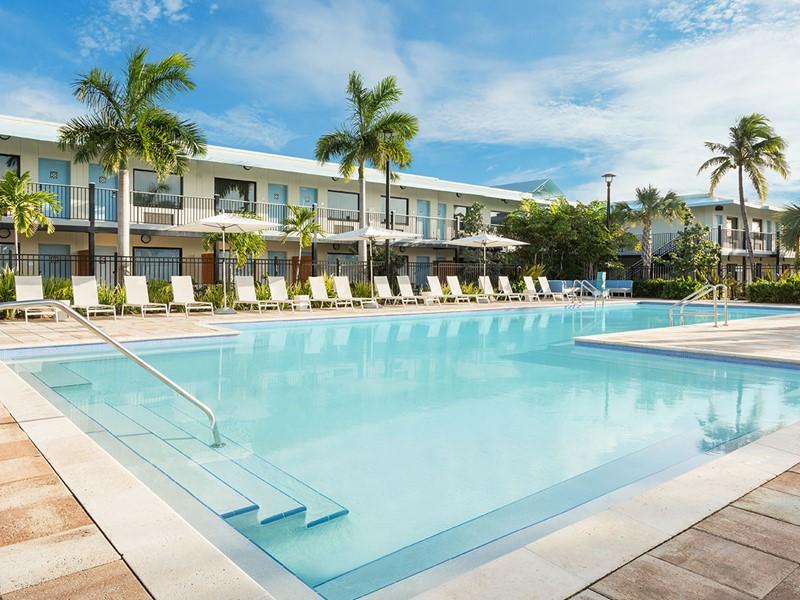 Profitez de la magnifique piscine de l'hôtel The Gates.