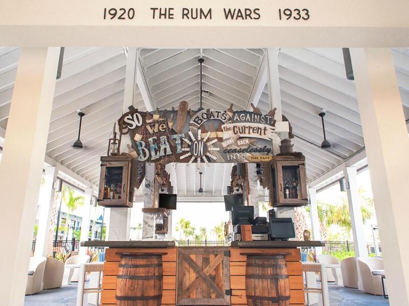 Sirotez un délicieux cocktail au rhum au Rum Row's Bar