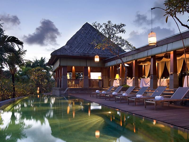 Vue de la piscine et du restaurant