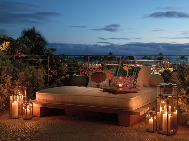 Profitez d'une petite soirée au bord de la Sunset Pool du Modern