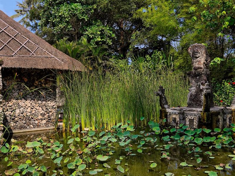 Le bassin de l'hôtel The Oberoi à Seminyak