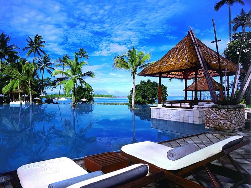 La piscine de l'hôtel The Oberoi à Lombok
