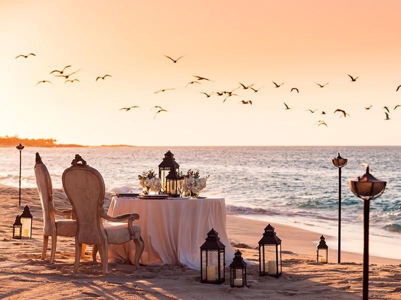 Dîner romantique les pieds dans le sable à l'hôtel The Ocean Club