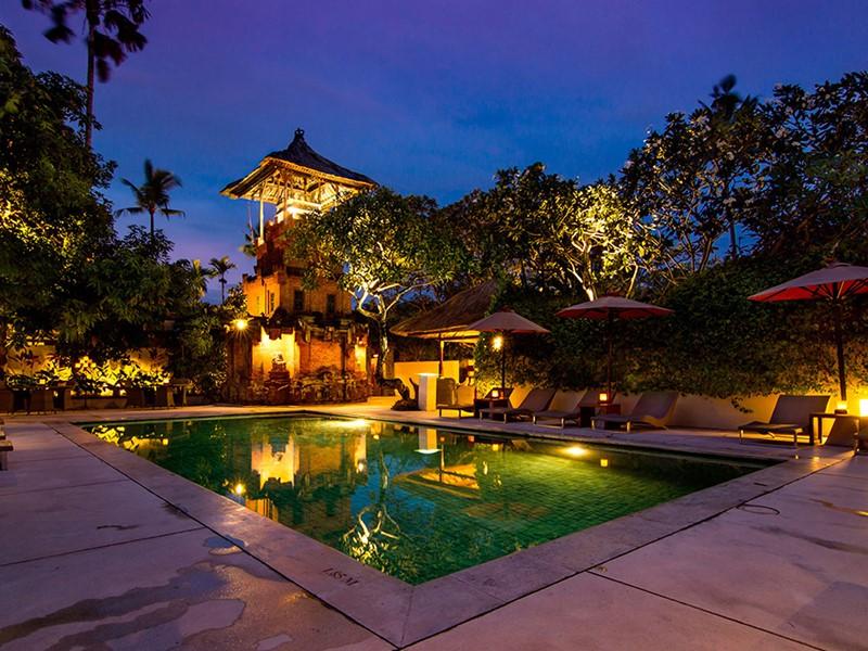 Autre vue de la piscine de l'hôtel The Pavilions
