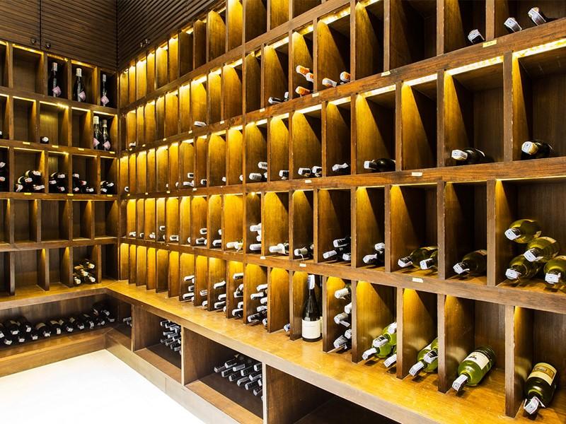 La cave à vin de l'hôtel The Racha en Thailande