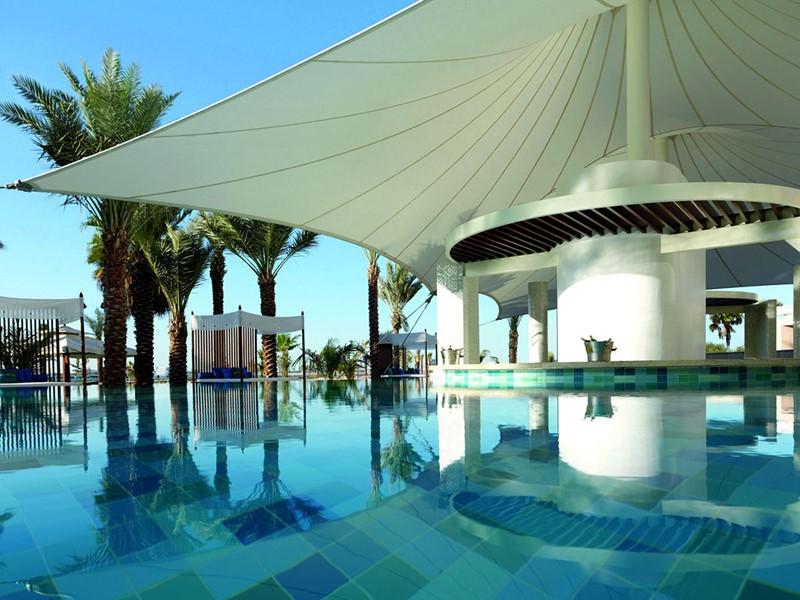 La piscine de l'hôtel Ritz Carlton situé à Dubai