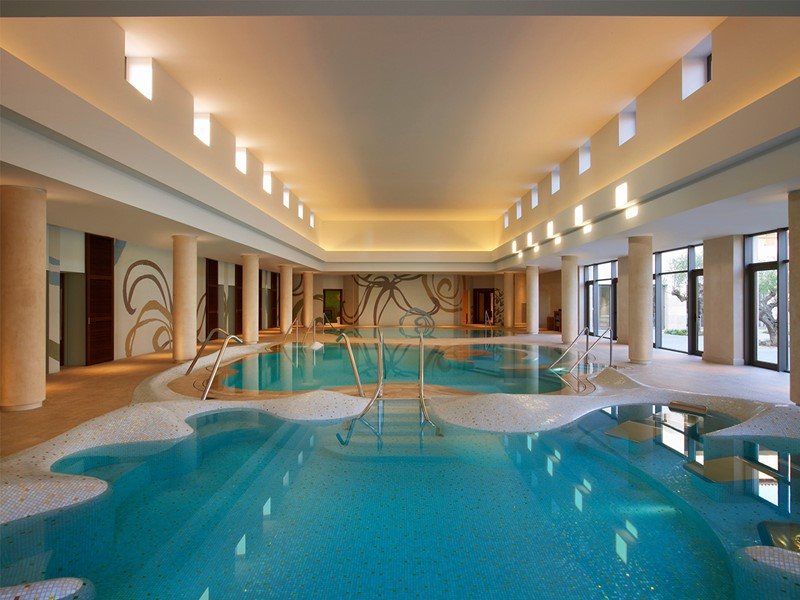La piscine du spa de l'hôtel The Romanos