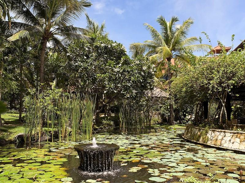 Le jardin du Royal Beach Seminyak situé à Bali