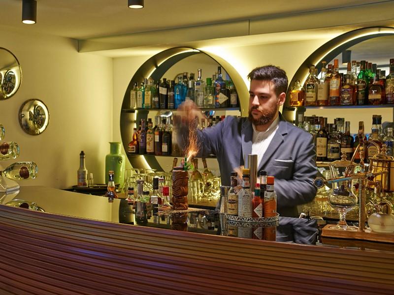 Sirotez un délicieux cocktail au bar de l'hôtel The Serras