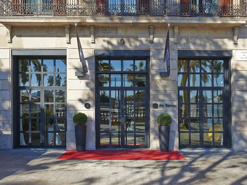 La façade de l'hôtel The Serras situé au sud de Barri Gotic