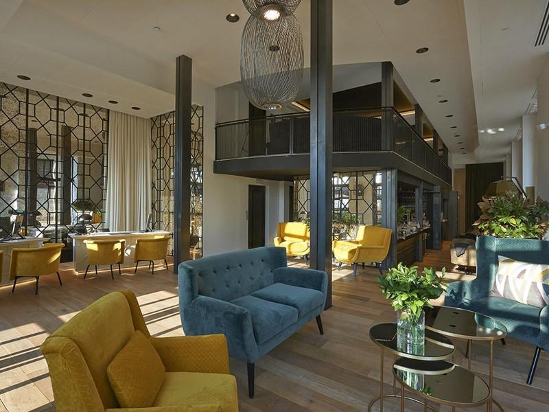 Le lobby de l'hôtel The Serras situé en Espagne
