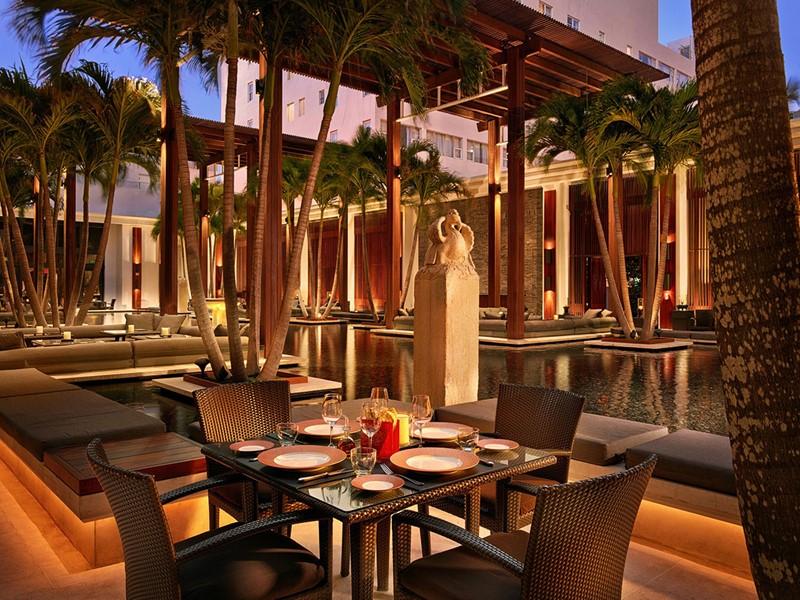 Dégustez un copieux repas au coeur d'un jardin de palmiers au Setai.