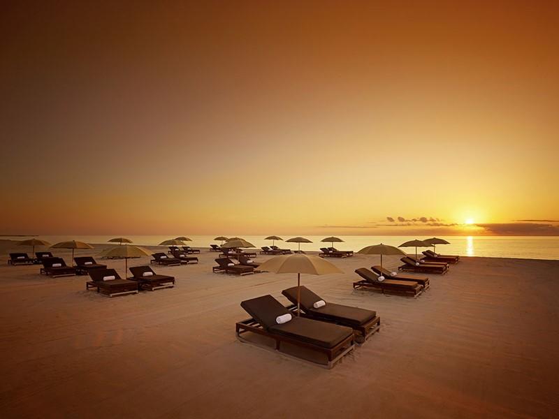 Contemplez un magnifique lever de soleil sur la plage du Setai