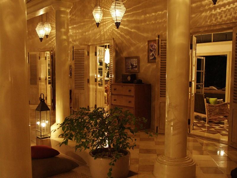 L'intérieur chaleureux de l'hôtel
