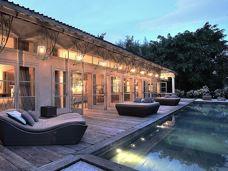 Piscine de la villa avec ses transats confortables
