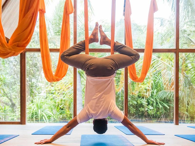 Séance de yoga aérien