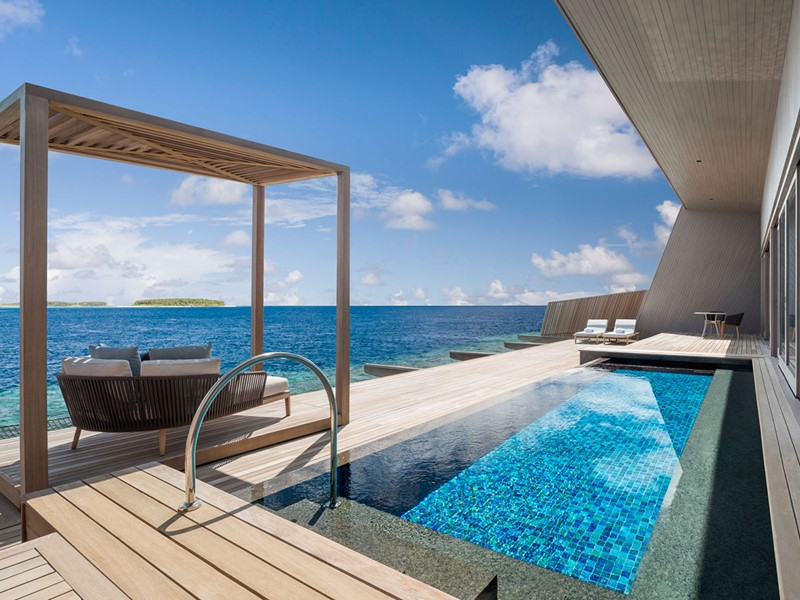 La piscine de l'Overwater St. Regis Suite