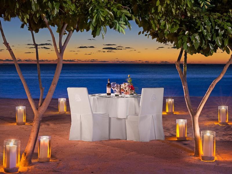 Somptueux dîner les pieds dans le sable au St Regis