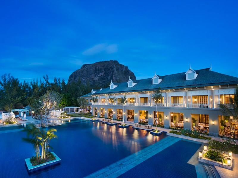 Vue de l'hôtel The St Regis Mauritius de nuit