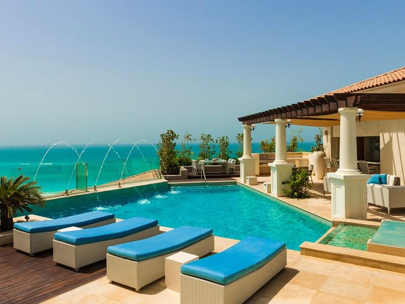 La belle piscine de la Royal Suite du St. Regis Saadiyat
