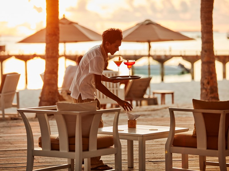 Délicieux cocktails tropicaux au bar The Water's Edge