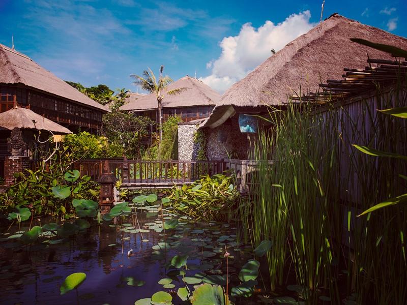 Jardin dans un cadre enchanteur à l'hôtel Tugu Bali en Indonésie
