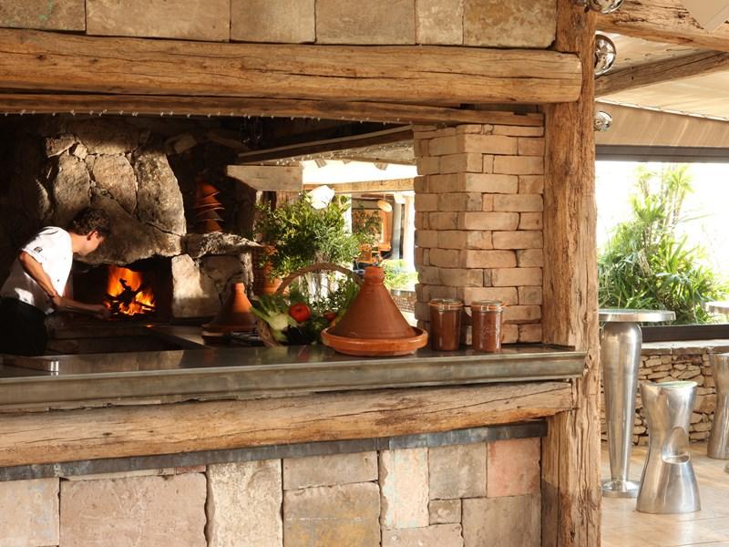 Le restaurant grill de l'hôtel, ouvert vers l'extérieur