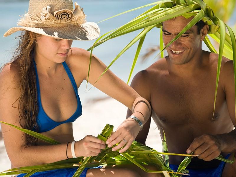 Tressage chapeau à l'hôtel Vahine Island en Polynésie