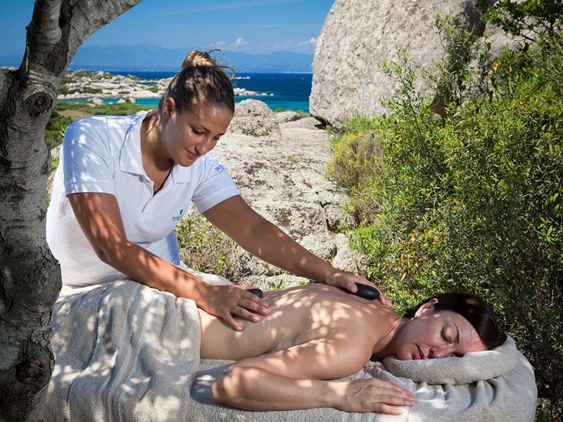 Massage en plein air prodigués par des mains expertes au Valle dell'Erica