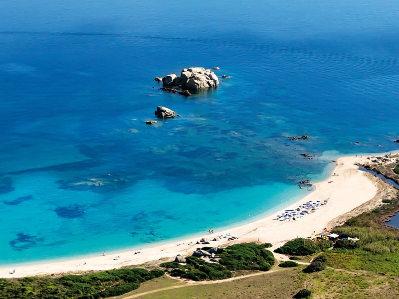 La plage du Valle dell'Erica Thalasso & Spa en Sardaigne