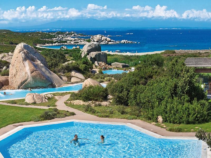 Vue des piscines de l'hôtel Valle dell'Erica en Sardaigne