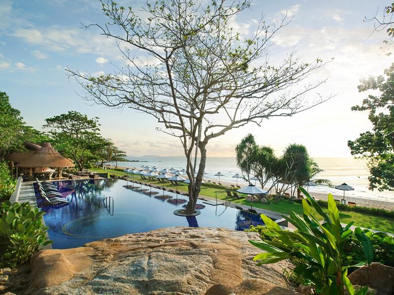 Vue sur la piscine, la plage et le golfe du Siam au Vana Belle
