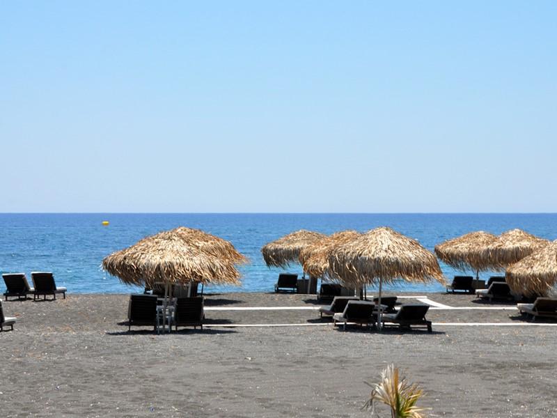 La plage du Vedema Resort situé à Santorin