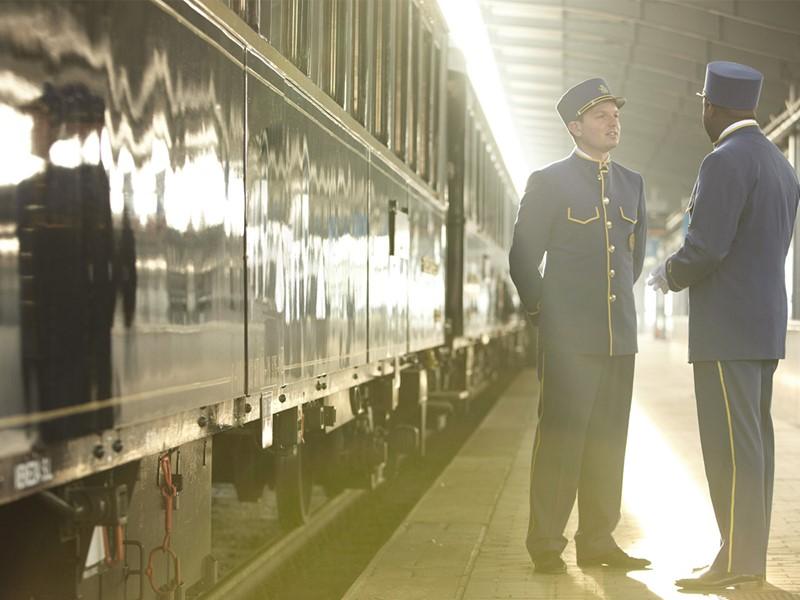 Membres d'équipage à l'extérieur du train