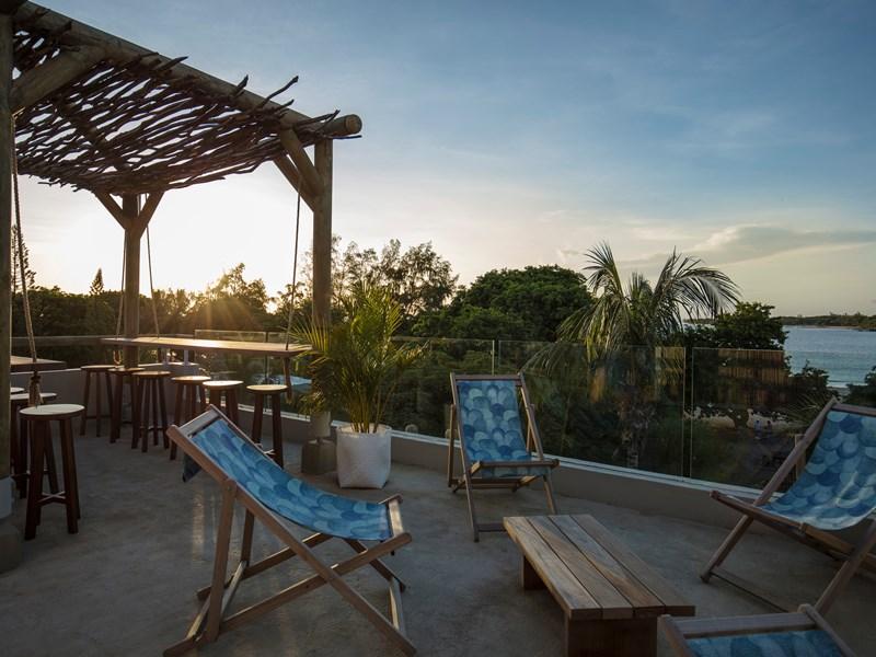 Contemplez un magnifique coucher de soleil depuis le rooftop bar View