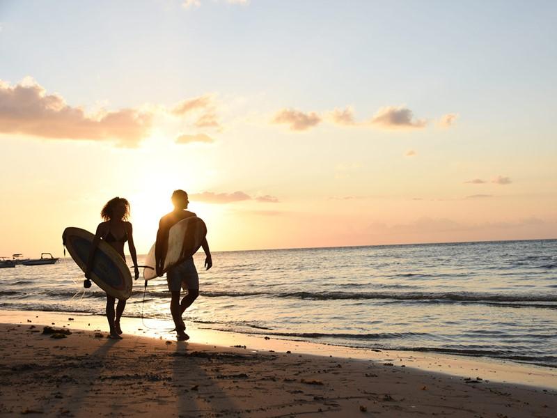 Les férus de surf pourront s'adonner à leur passion durant leur séjour à Tamarin