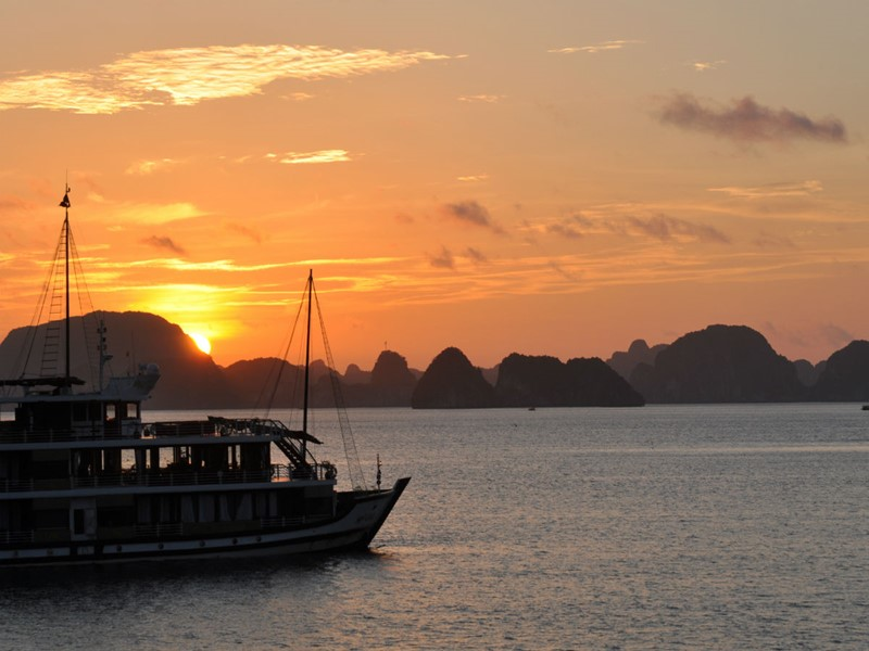 Un lever de soleil sur la baie d'Halong