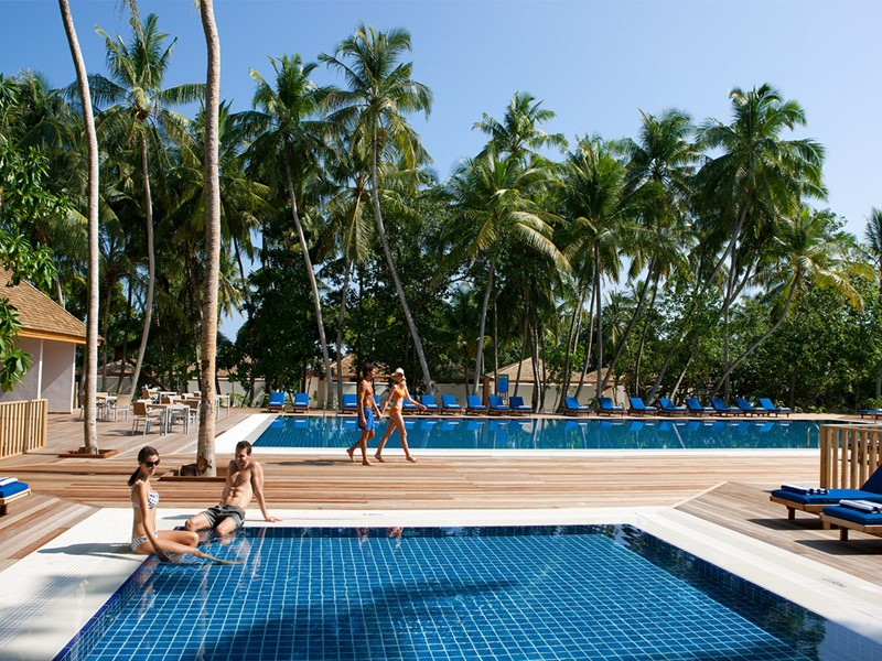 La piscine du Vilamendhoo Island Resort & Spa