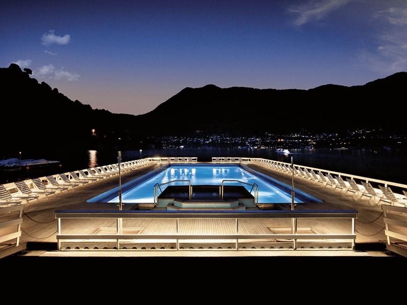Vue de la piscine pendant la soirée