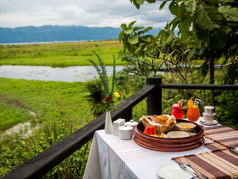 Petit-déjeuner face aux majestueuses montagnes du Shan