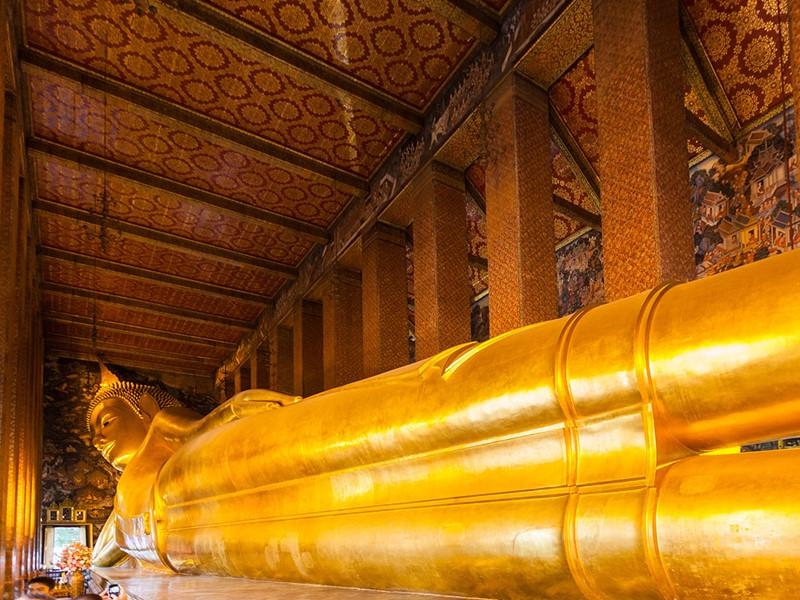 L'impressionnant Bouddha Couché du célèbre temple de Wat Pho
