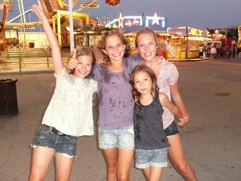 Le bonheur des enfants irradie lors d'un voyage en famille au bout du Monde.