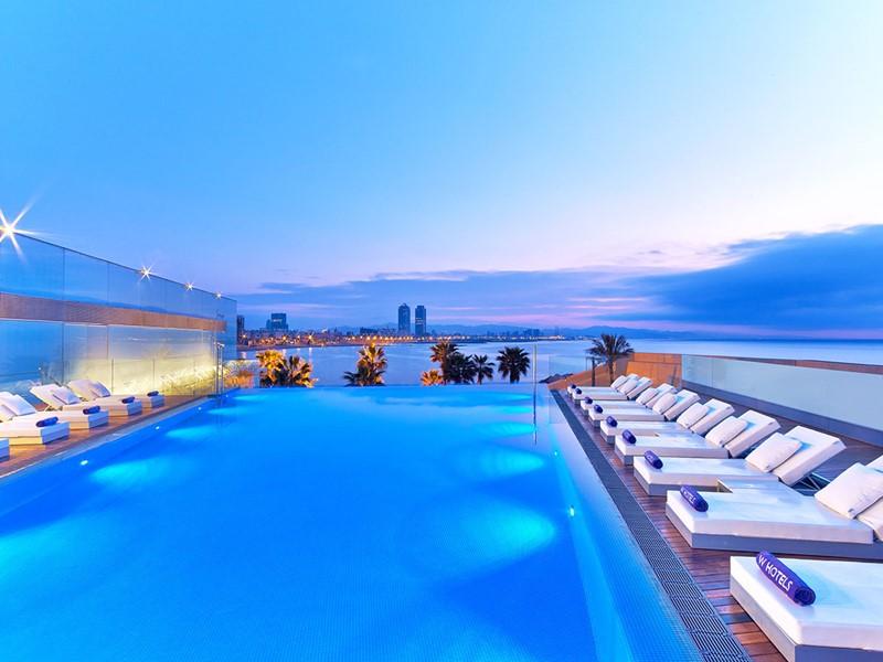La piscine de l'hôtel W Barcelone avec vue sur la Méditerranée en Espagne