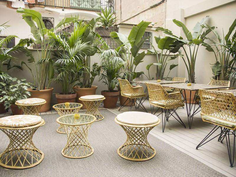 Le patio de l'hôtel Yurbban Trafalgar en Espagne