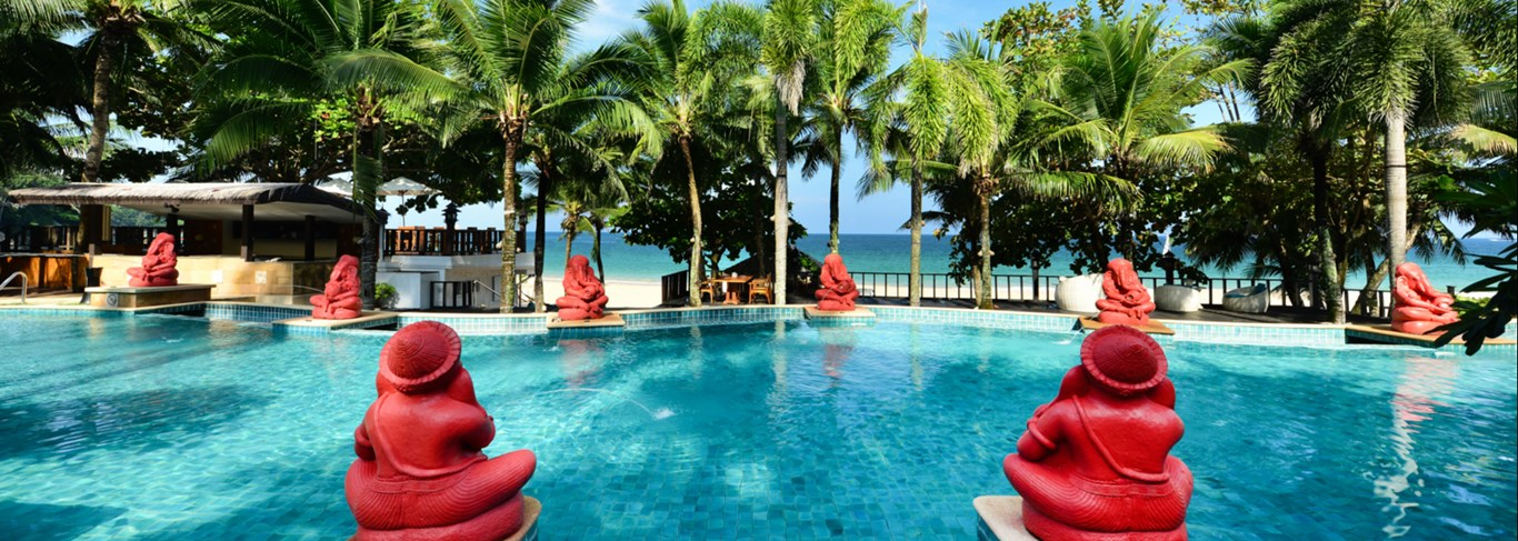 La piscine de l'hôtel Andaman White Beach Resort Phuket